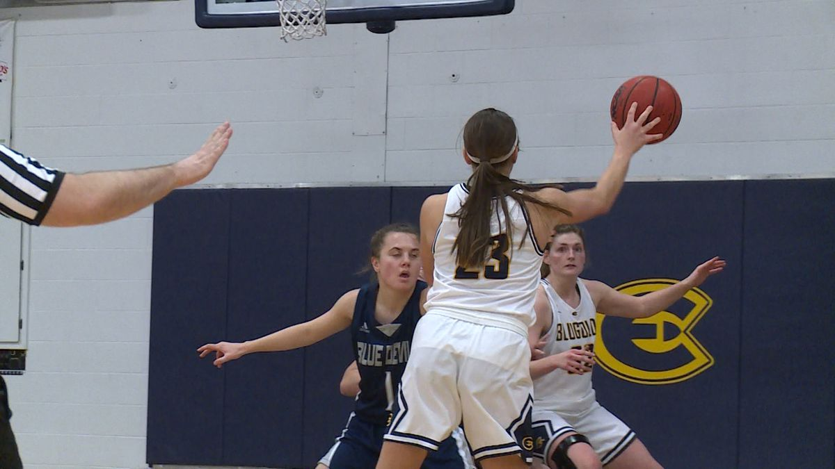 Hallee Hoeppner makes a pass in the post to teammate Anna Graaskamp.